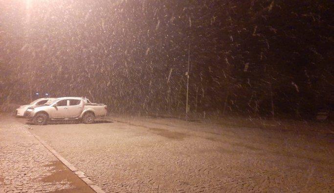 Spil Dağı'na mevsimin ilk karı düştü