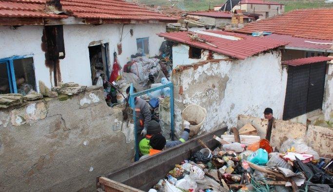 Alaşehir'de çöp evlerden 20 traktör çöp çıkarıldı