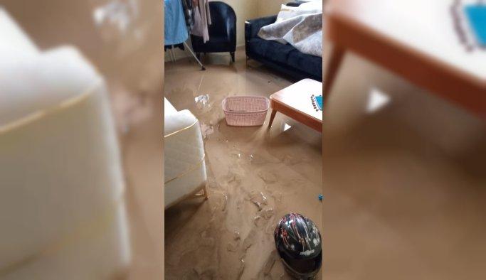 Soma'da şiddetli yağış nedeniyle evleri su bastı