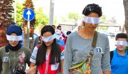 Vatandaşlar gözleri bantlı, bastonla empati yürüyüşü yaptı