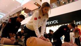 112 ekiplerinin kalp masajı gösterisi beğeniyle izlendi