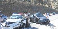 Direksiyon Hakimiyetini Kaybedince Polis Arabasına Çarptı