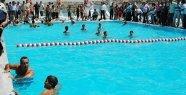 Kula'da Sıcaktan Bunalan Havuza Koşuyor