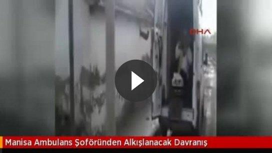 Ambulans şoförü hastayı 500 metre sırtında taşıdı