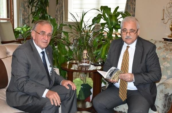 Yazar Şiyak, 'Yol ve Sıla' adlı kitabını Vali Güvençer'e hediye etti