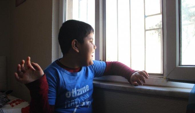 (Özel) Mahalle baskısı otizmli çocuğu eve hapsetti